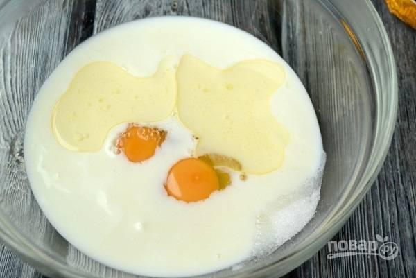 1. С тестом все действительно очень просто. В глубокой мисочке соедините кефир, яйца, растительное масло, соль и сахар. Взбейте все до однородности.