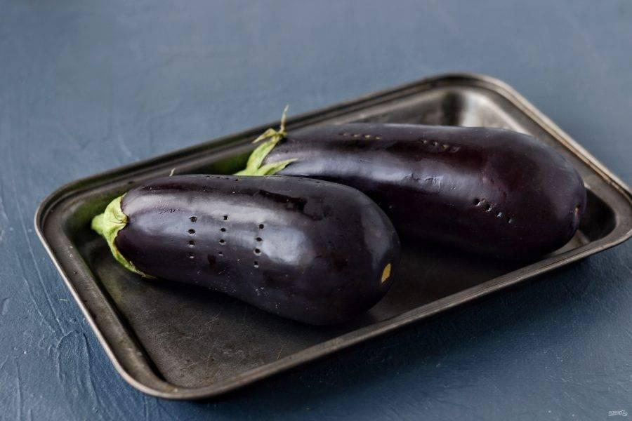 Баклажаны помойте, сделайте пару проколов вилкой. Запекайте их в духовке при температуре 200 градусов в течение 1 часа.