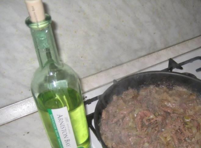 Затем влейте полстакана вина и тушите минут 10-15.