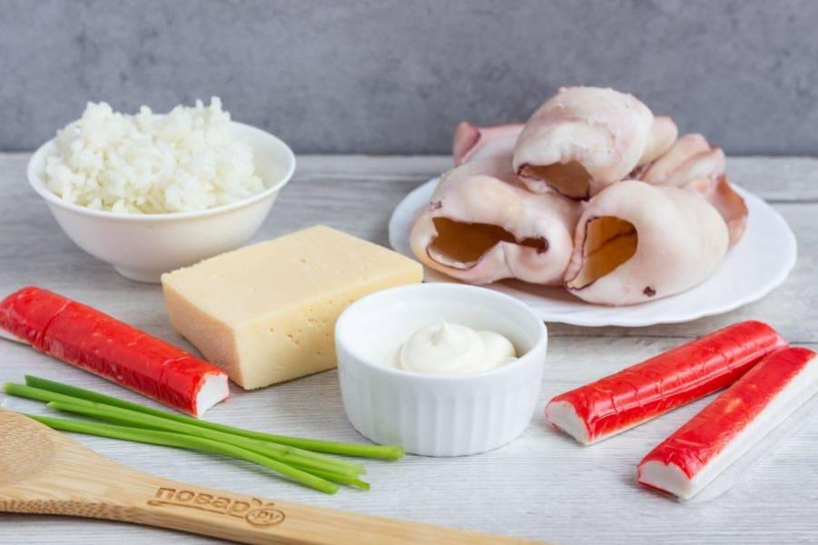 Подготовьте все необходимые ингредиенты. Кальмары и рис заранее отварите в подсоленной воде.