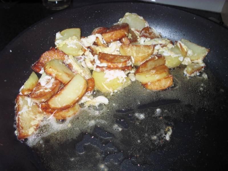 Вбиваем в картошку яйцо, перемешиваем хорошенько. Как только яйцо возьмется, снимаем с огня. Наша картошка с сосиской готова! Подавать можно с огурчиками солеными или свежими овощами. Приятного аппетита!