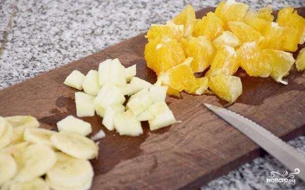 8. Подготовьте фрукты: очистите, нарежьте небольшими кусочками. В данном случае это яблоки, банан и цитрусовые, но вы можете использовать в этот рецепт печенья с фруктами абсолютно все.