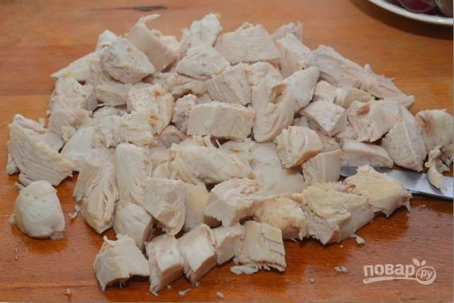 7.Готовое филе достаю из кастрюли и остужаю, затем нарезаю довольно крупными кусочками (около 2 сантиметров).