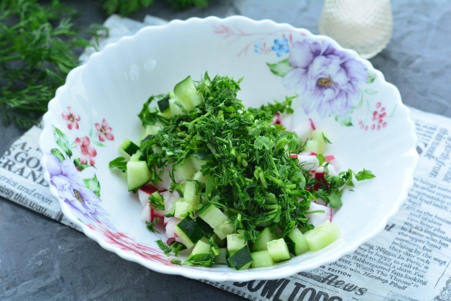 Измельчите вымытую зелень и всыпьте к овощам.