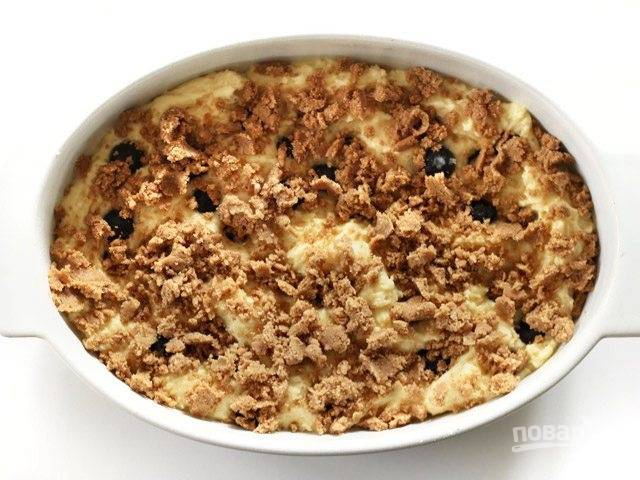 8.Ранее подготовленной крошкой посыпьте выпечку в форме.