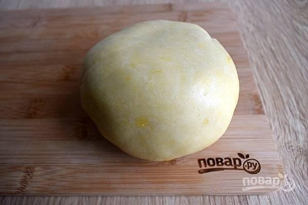 Просейте в миску муку, сахарную пудру и ванилин. Добавьте желток и сливочное масло, порезанное на кусочки. Замесите мягкое тесто, не липнущее к рукам. Заверните его в пищевую пленку и положите в холодильник на 15 минут.