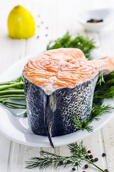 1. Для приготовления этого блюда нам нужен лосось. Разделите его на два филе и уберите все кости.
