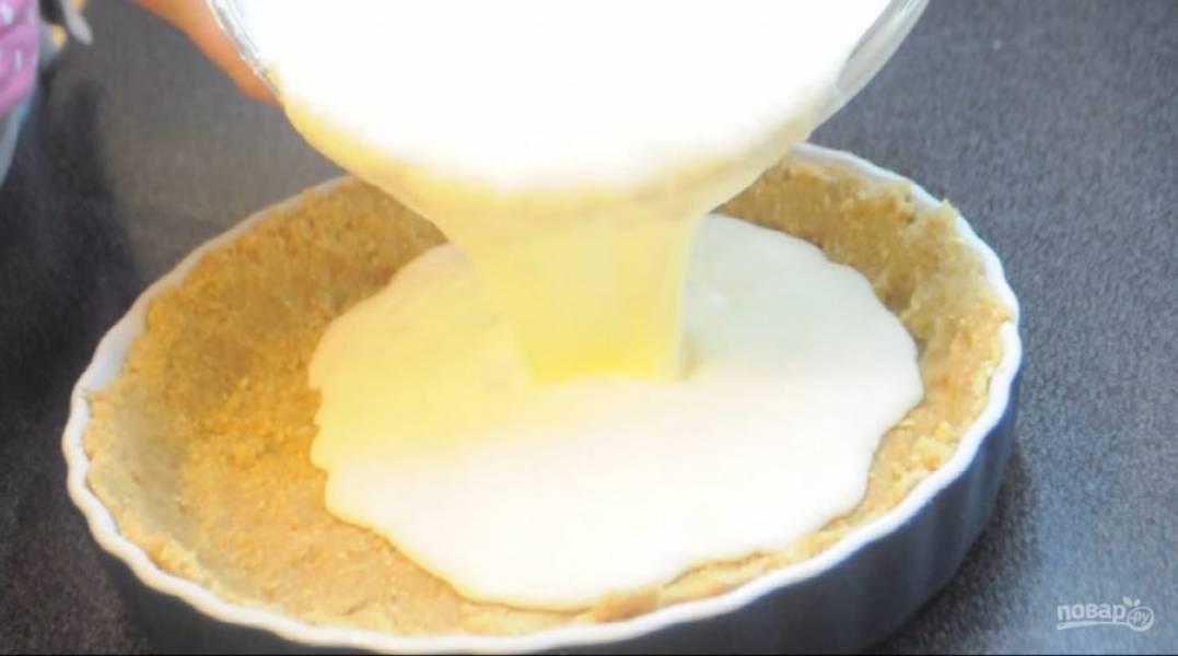 4. Залейте творожную массу поверх песочной основы. Выпекайте в разогретой до 180 градусов духовке 40-50 минут. После выпекания оставьте чизкейк в духовке до полного остывания. Приятного аппетита!