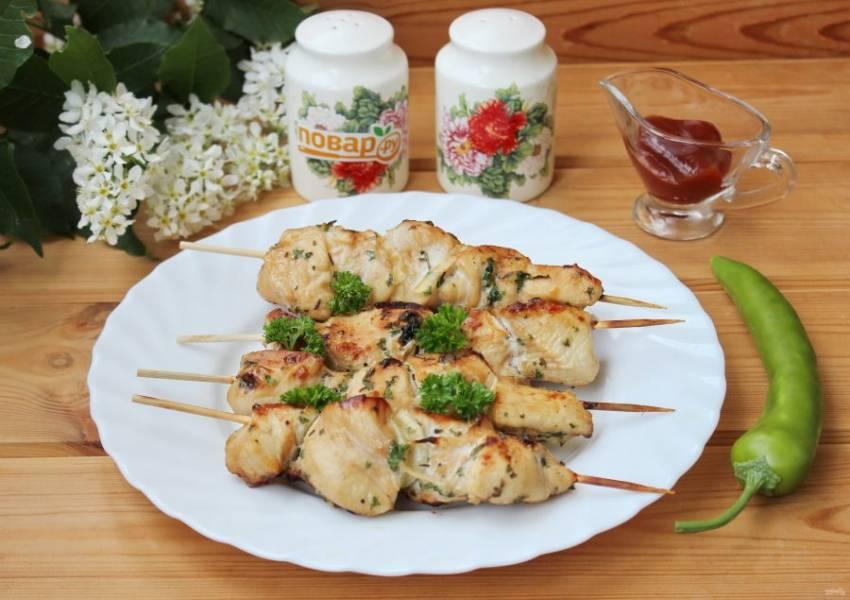 Шашлыки на решетке в духовке готовы. Подавайте горячими с любым соусом по вашему вкусу.
