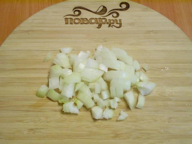 Пока яйца варятся, почистите и мелко нарубите репчатый лук.
