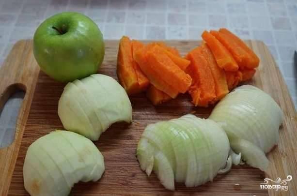 За полчаса до конца маринования начните готовить начинку. Луковицу почистите и нашинкуйте полукольцами. Тыкву и яблоки помойте, очистите от кожуры, удалите семечки и нарежьте брусочками.