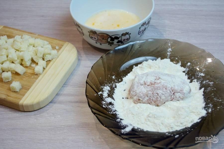 Окуните котлету в муке во взбитое яйцо, а после вываляйте её в сухарях так, чтобы кубики хлеба полностью покрыли котлеты со всех сторон.