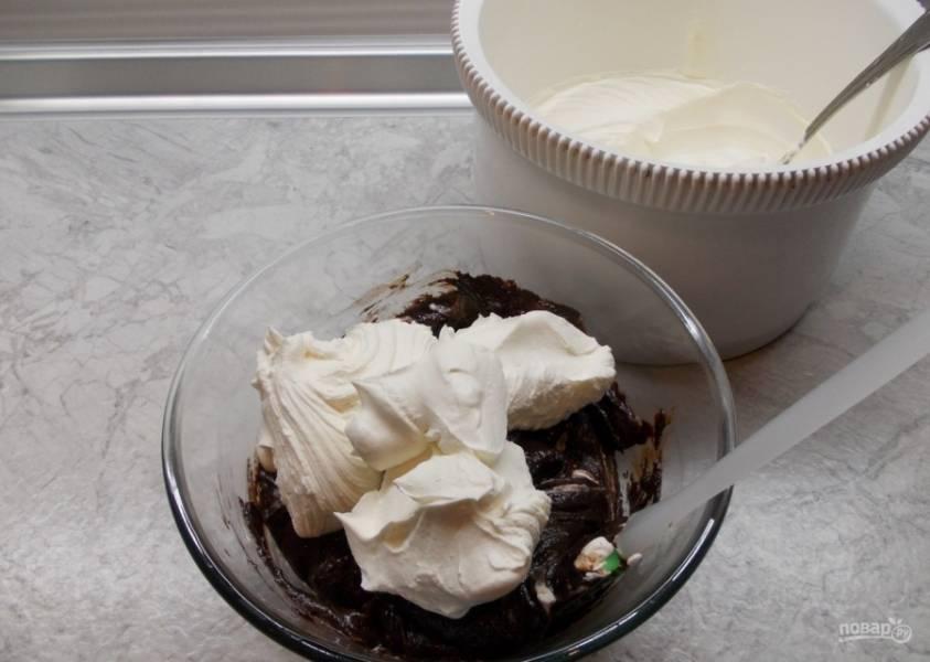 9.Шоколад немного остужаю, а только потом соединяю со взбитыми сливками. Аккуратно перемешиваю.
