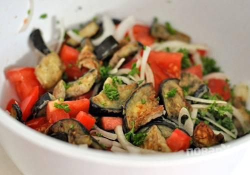 6. Смешайте в салатнице баклажаны, помидоры, лук и укроп.