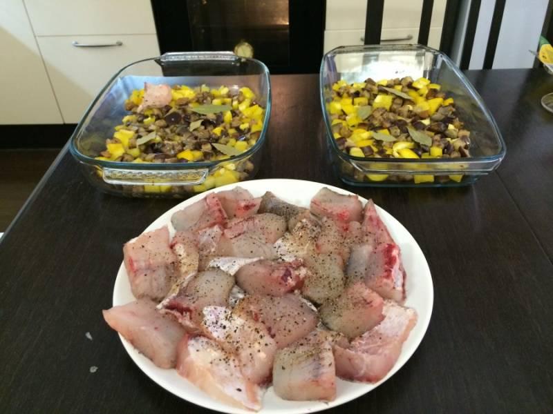 Теперь начинаем заполнять формы для выпекания: сначала выкладываем баклажаны, а сверху - кусочки судака. Рыбку не жалея посыпаем специями.