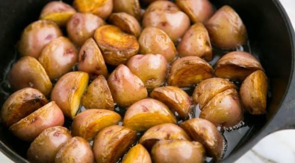 Картошку переверните и жарьте с другой стороны до золотистого цвета.