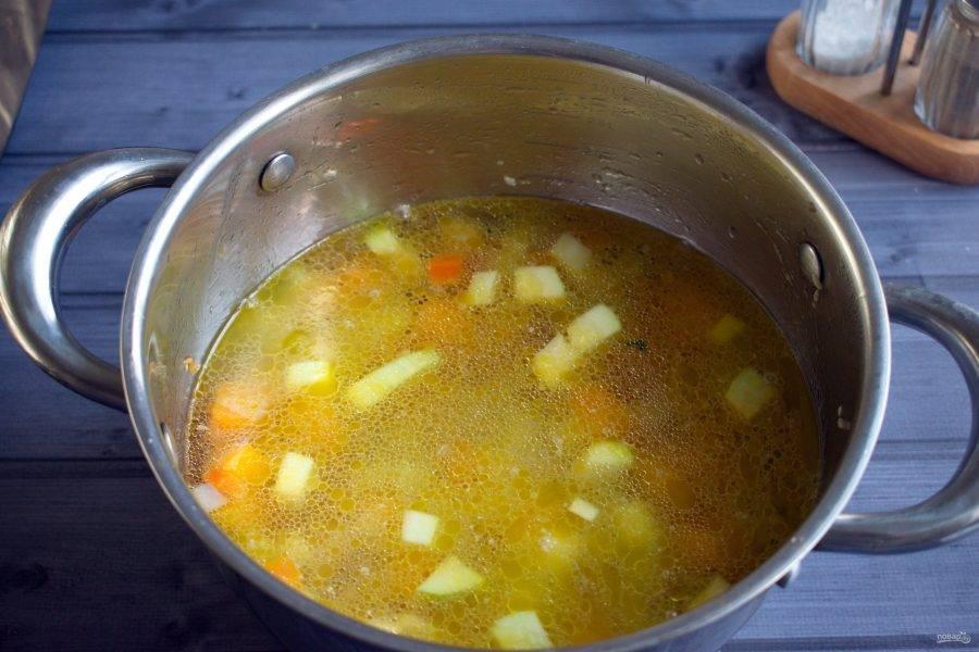 Влейте воду или бульон, доведите до кипения и варите на медленном огне в течение 5 минут.