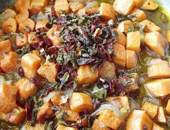 Обжариваем морковь и лук на растительном масле, добавляем нарезанный кубиками болгарский перец. Если у вас нет свежего перца, можно использовать перец, сушеный кусочками.