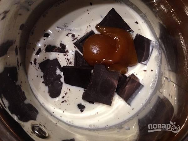 7. Приготовим шоколадную карамель. В сотейник наливаем сливки, добавляем сахар, мед и кусочки шоколада.