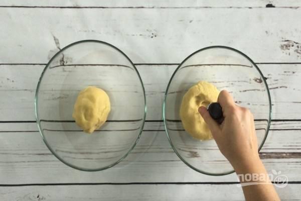 4.Тесто разделите на две равные части. В одну половину добавьте краситель или какао.