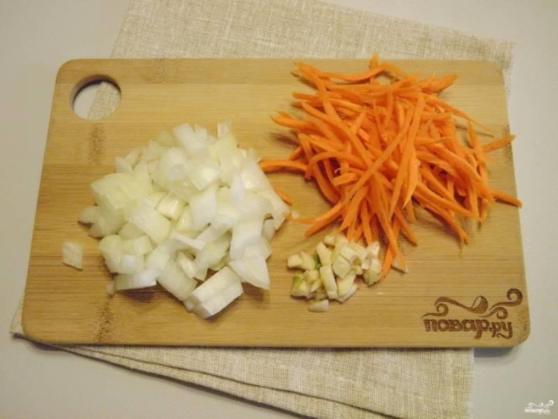 Очистите овощи, порежьте мелко лук и чеснок, морковь натрите на крупной терке.