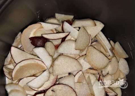 1. Сначала — подготовительный этап. Грибы перебираем, моем, режем небольшими ломтиками. То же самое с картошкой и луком.