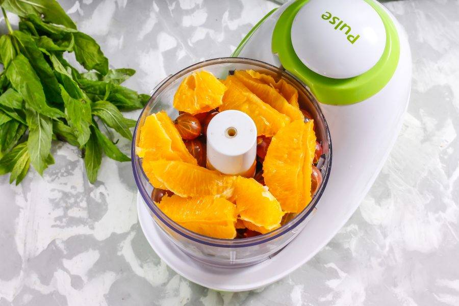 Апельсины очистите от кожуры и белого слоя под ней. Разделите на дольки и срежьте прозрачные пленки, отфилетируйте, оставляя лишь сочную мякоть. Выложите в чашу к крыжовнику.
