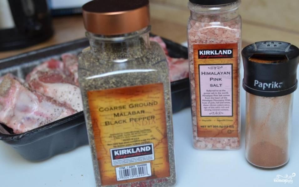 Мясо хорошо натереть специями и солью.