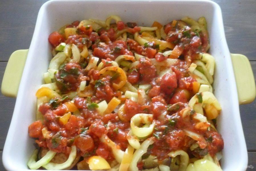 Выкладывайте овощи в форму слоями, смазывая каждый слой небольшим количеством томатного соуса и приправляя солью и перцем. Сверху выложите оставшийся соус.