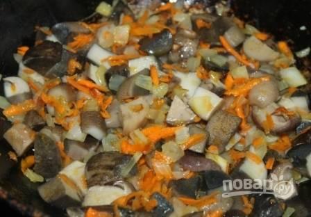 Добавляем на сковороду к овощам грибы и обжариваем все вместе минут 10.