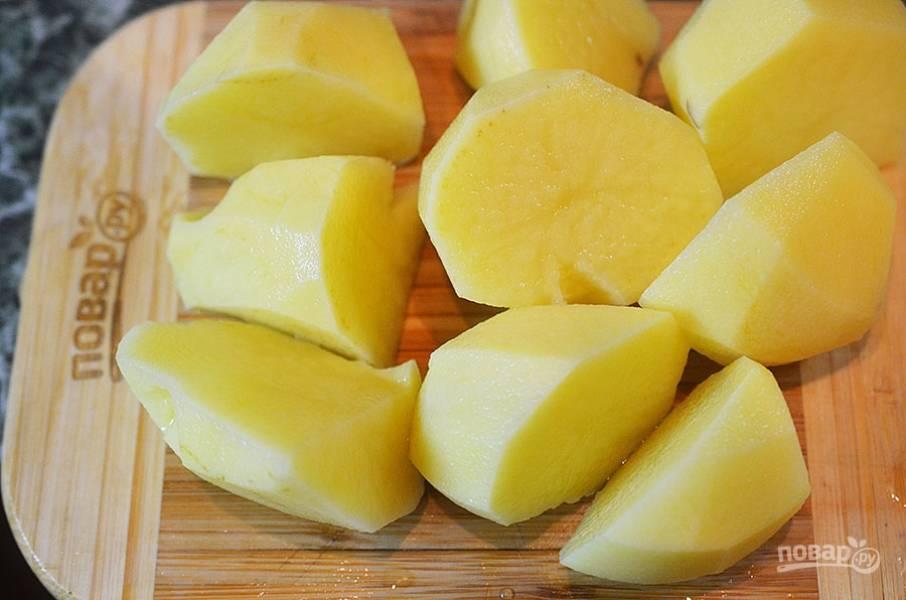 7. Картофель очистите и разрежьте на четверти.