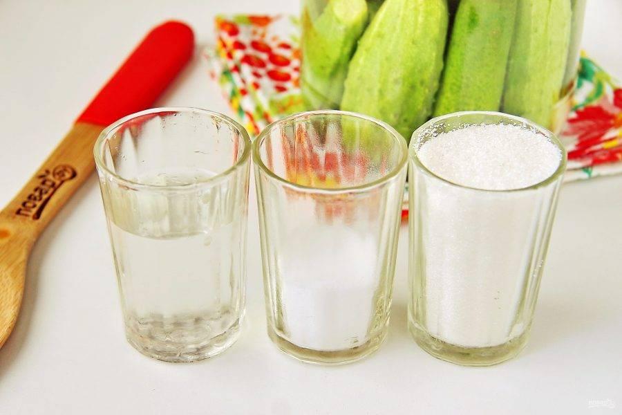 Тем временем отмерьте необходимое количество соли, сахара и уксуса.