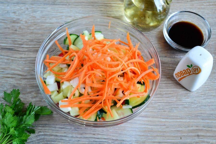 Мелко нарежьте репчатый лук, морковь натрите на терке для моркови по-корейски и отправьте в салат.