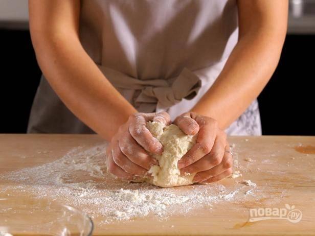 2. Замесите эластичное тесто руками.