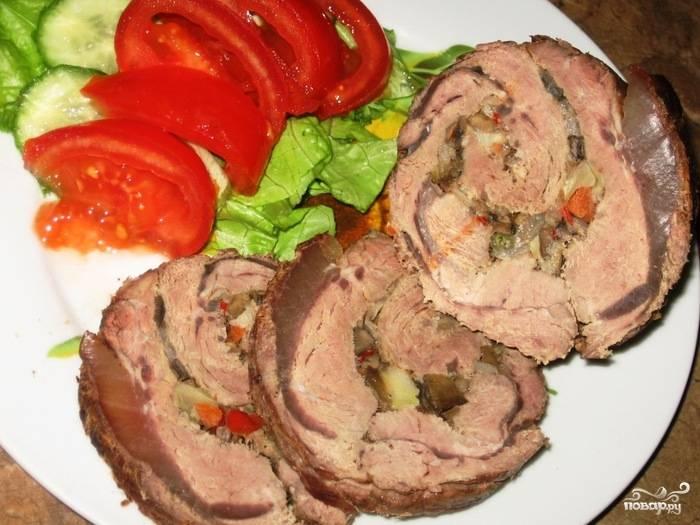 Мясной рулет, фаршированный овощами