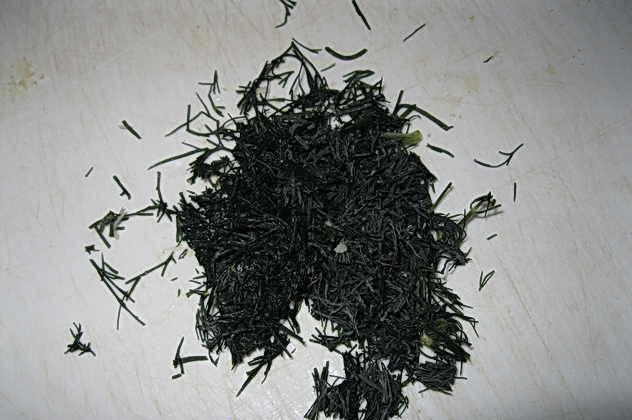 4. Зелень вымыть, обсушить и измельчить. Использовать можно укроп, петрушку, зеленый лук.