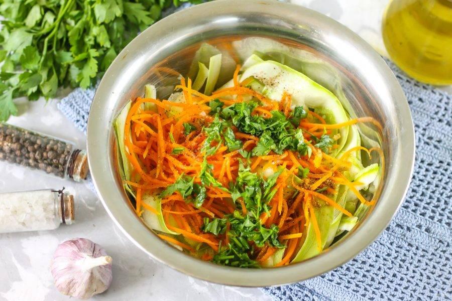 Промойте свежую зелень кинзы или петрушки, измельчите вместе с острым перцем, очищенным от семян, добавьте в емкость и перемешайте, влив уксус.