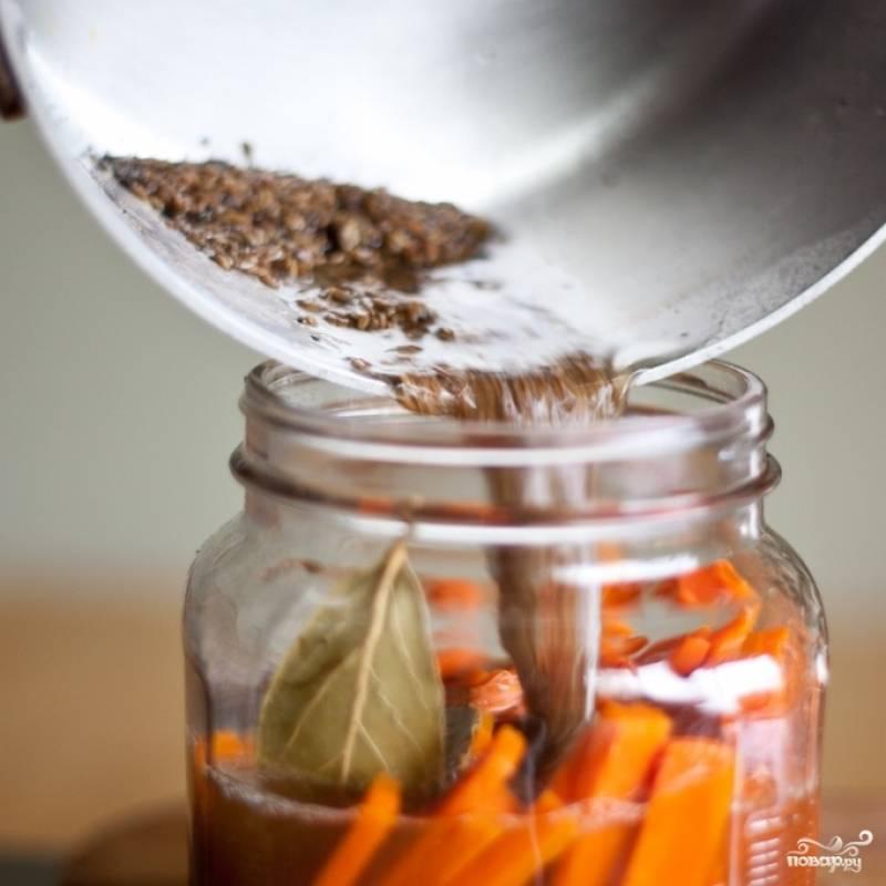4. В соленую воду добавьте специи и уксус, кроме лаврового листа. Доведите до кипения и поварите еще минутки 3. В банку с морковкой положите лавровый лист и залейте содержимое горячим маринадом.