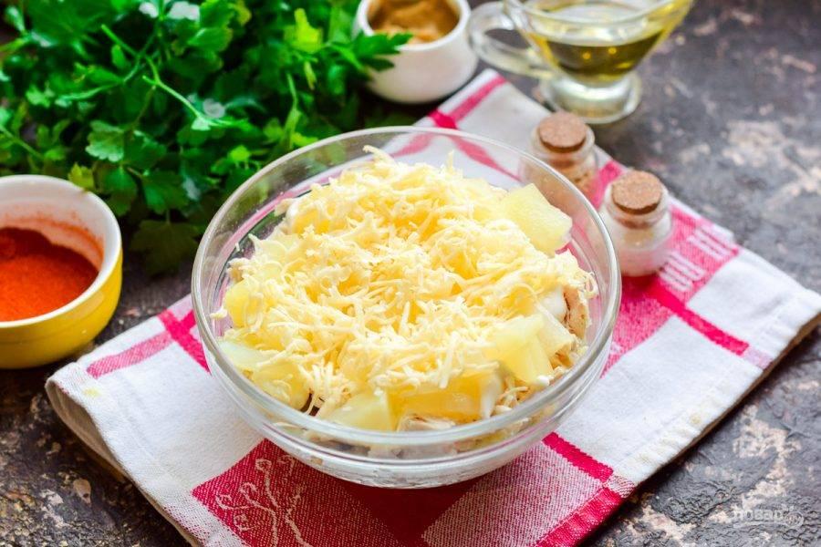Завершающим слоем выложите тертый твердый сыр.
