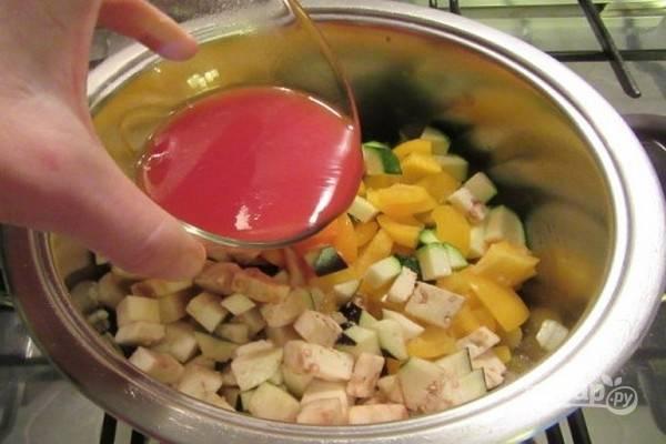3.В сковороду добавьте баклажаны, кабачки, сладкий перец, соль, черный перец и томатную пасту, разведенную в ½ стакана воды. Готовьте овощи еще 10 минут.