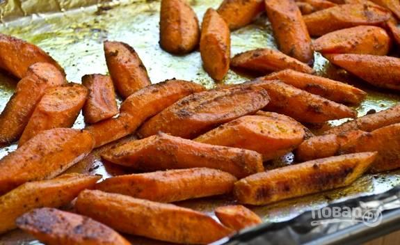 4. Запекайте минут 30 до румяности. После полейте медом прямо на противне, аккуратно перемешайте. Запеченная с карри морковь может быть подана к столу.