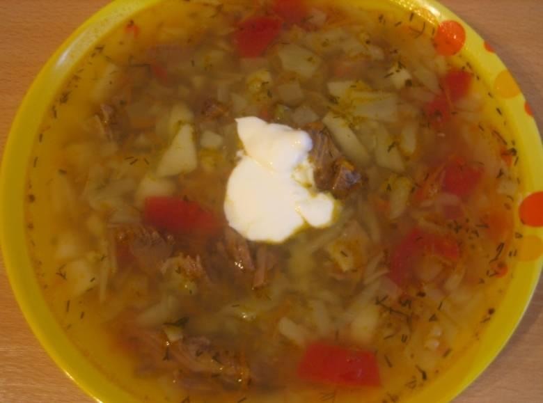 После этого разливаем суп по тарелочкам и подаем его со сметанкой к столу. Приятного вам аппетита!