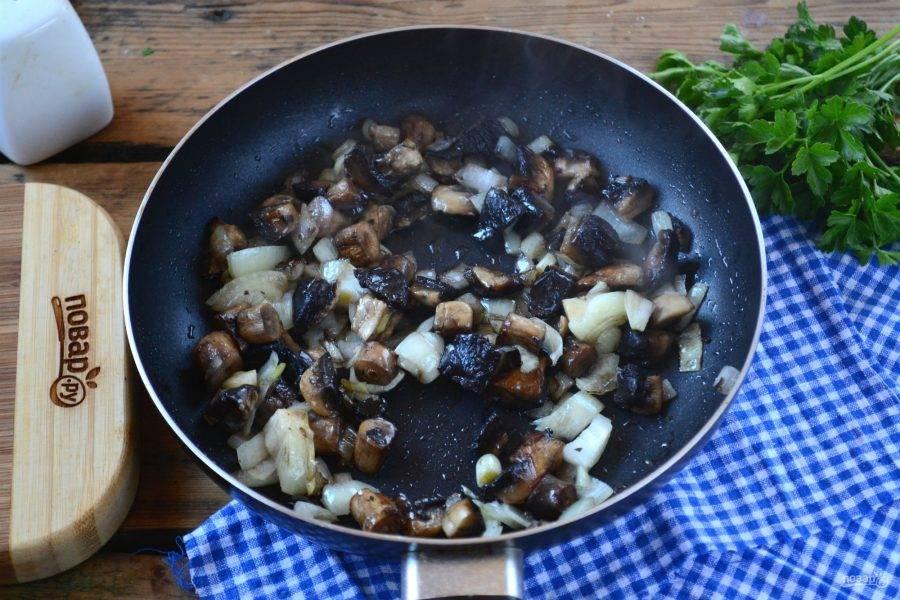 Не обязательно жарить грибы до готовности, они дойдут уже в горшочках.