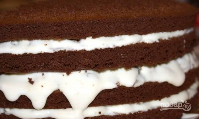 13.Верхушку торта и стороны обмазываю кремом без чернослива.