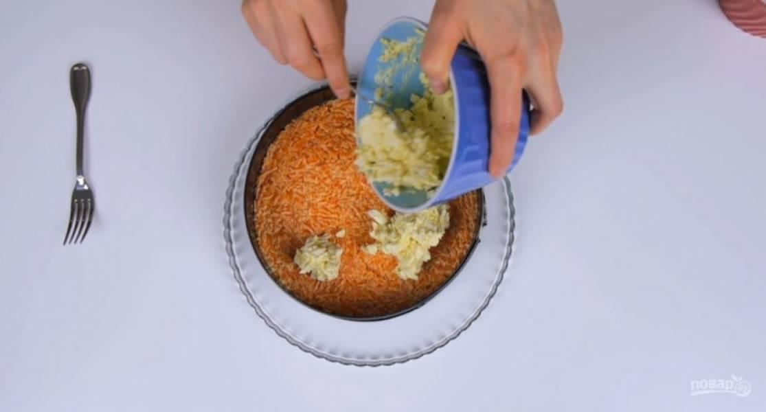 4. Выложите в него нарезанную сельдь, на нее — отжатый от маринада лук, картофель, морковь, яйца и свеклу. Закройте форму пленкой и поставьте в холодильник на 2 часа. Застывшее желе нарежьте мелкими кубиками.