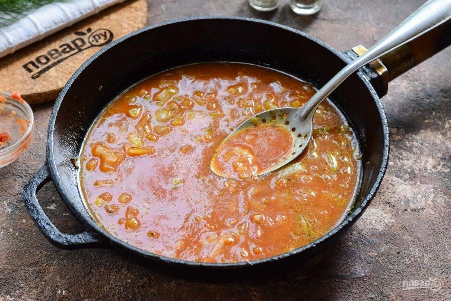Влейте в сковороду воду, перемешайте и тушите соус 7-8 минут.
