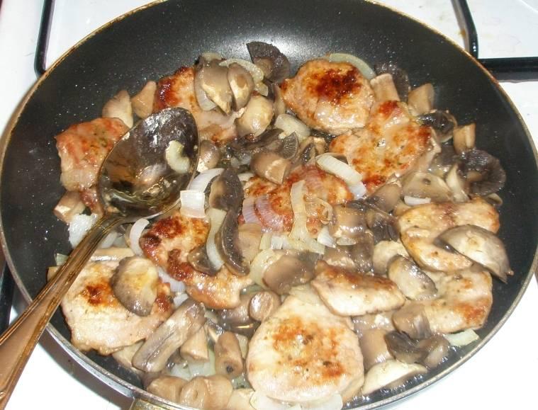 Теперь выкладываем к грибам отваренные и нарезанные пластинками шампиньоны и обжаренное мясо. Наливаем на сковородку немного водички, накрываем ее крышкой и тушим телятину на медленном огне 15-20 минут.