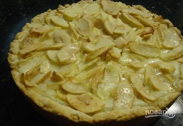 Готовый пирог посыпаем молотой корицей и сахарной пудрой! Обычный яблочный пирог готов, приятного аппетита!