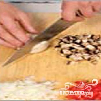 2.Очищаем лук, кубиками его нарезаем. Пополам разрезаем перец, сердцевину удаляем, кубиками нарезаем. Вымываем и измельчаем шампиньоны.