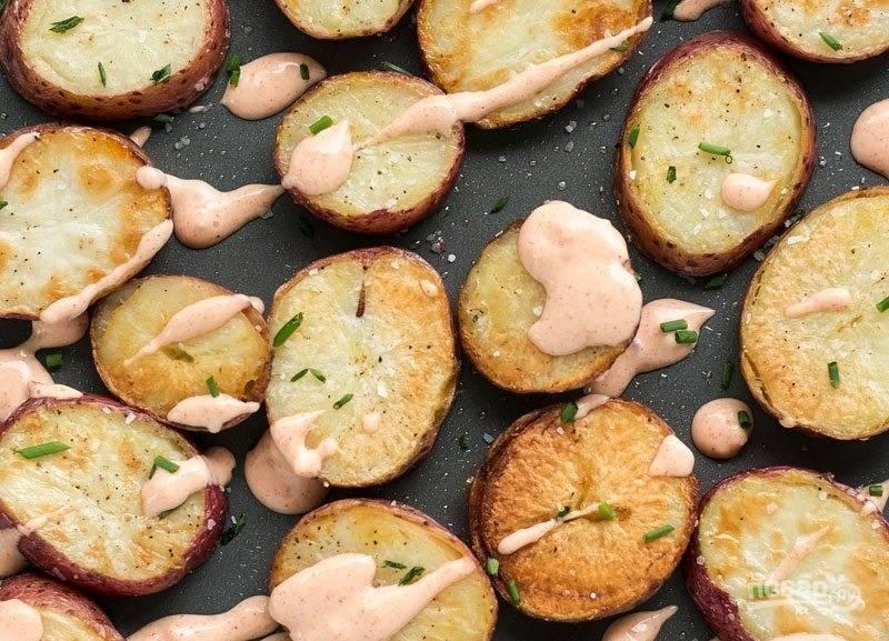 7.Полейте готовый картофель майонезом и подавайте к столу.